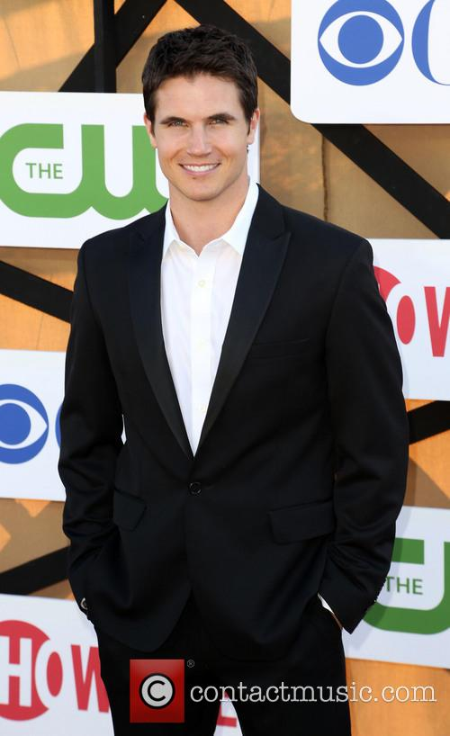 Robbie Amell 3