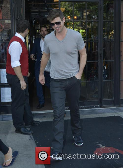 Robin Thicke leaving his Manhattan hotel
