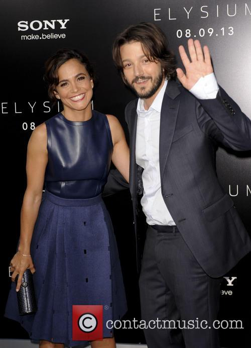 Alice Braga and Diego Luna 8
