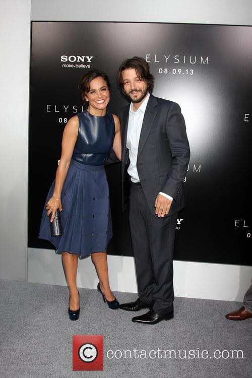 Alice Braga and Diego Luna 11