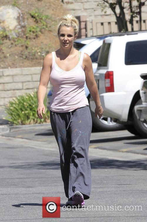 A very casually dressed Britney Spears goes to...