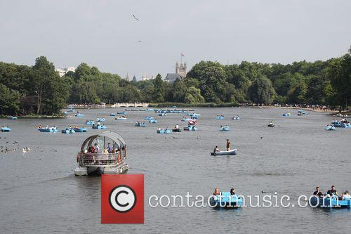 Hot Weather Pictures From The Serpentine In Hyde Park. 2