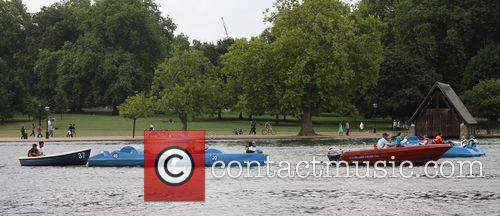 Hot Weather Pictures From The Serpentine In Hyde Park. 3