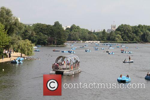 Hot Weather Pictures From The Serpentine In Hyde Park. 5