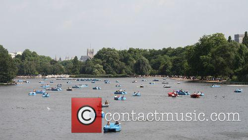 Hot Weather Pictures From The Serpentine In Hyde Park. 9