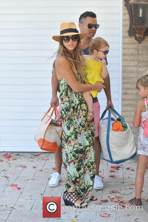 Picture jessica alba and haven warren at malibu photo for Jessica alba beach pictures