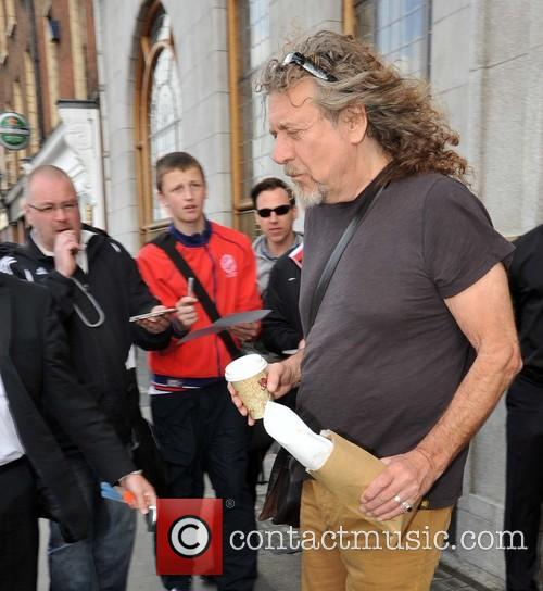 robert plant robert plant ignores waiting fans 3843235