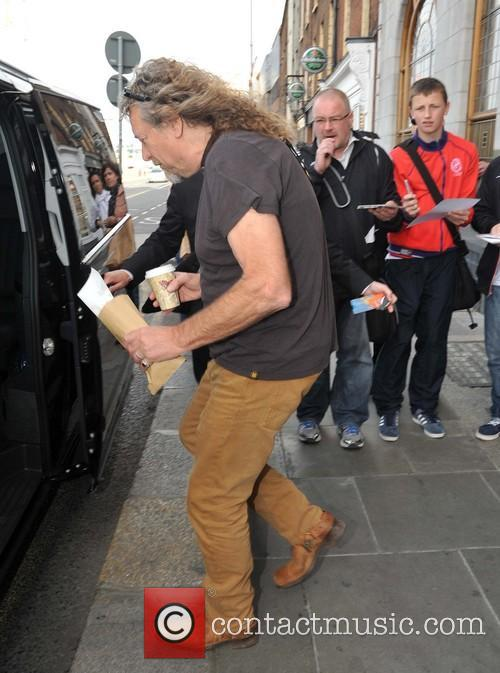 robert plant robert plant ignores waiting fans 3843237
