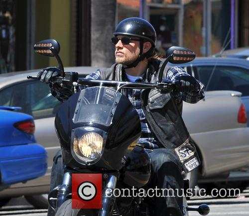 charlie hunnam charlie hunnam on set filming 3847598