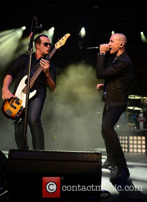 Robert Deleo and Chester Bennington 4