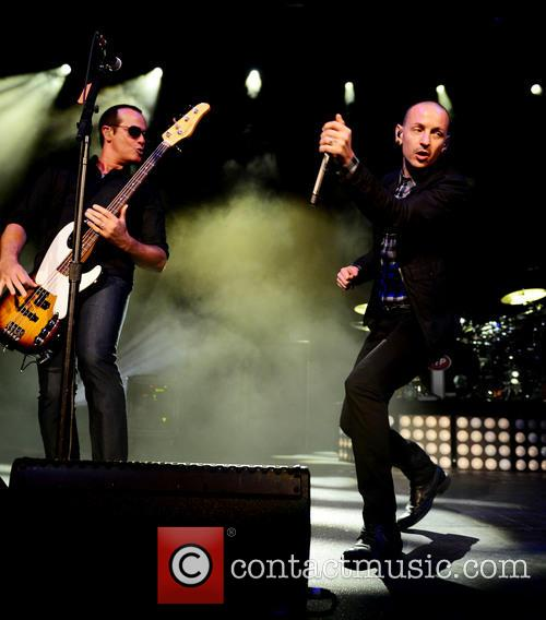 Robert Deleo and Chester Bennington 5