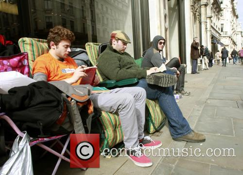 atmosphere fans waiting outside the apple store 3873341