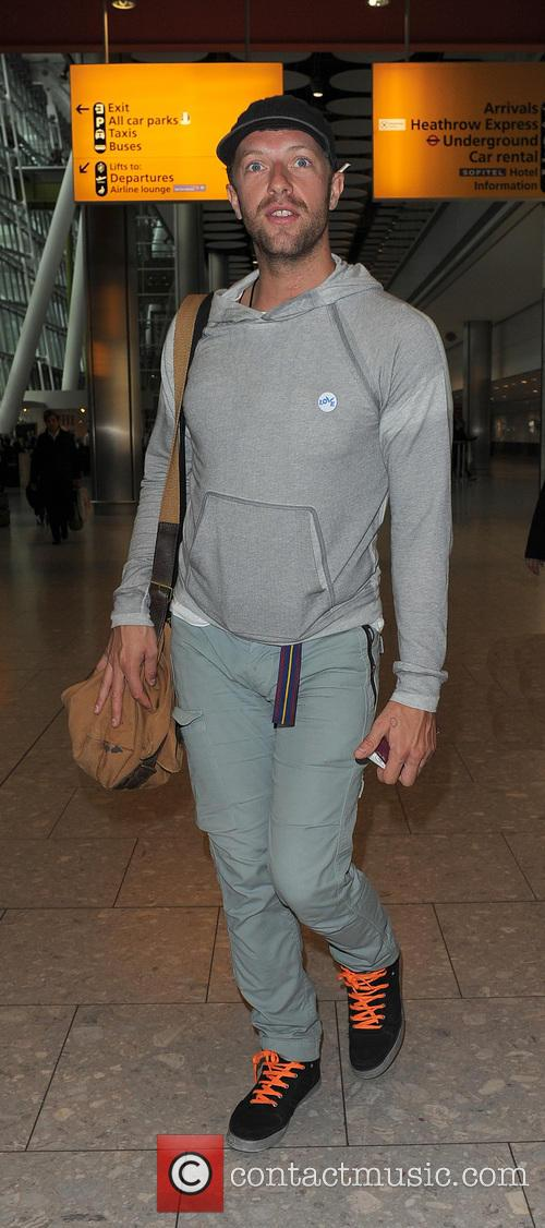 chris martin chris martin arriving at heathrow 3879547