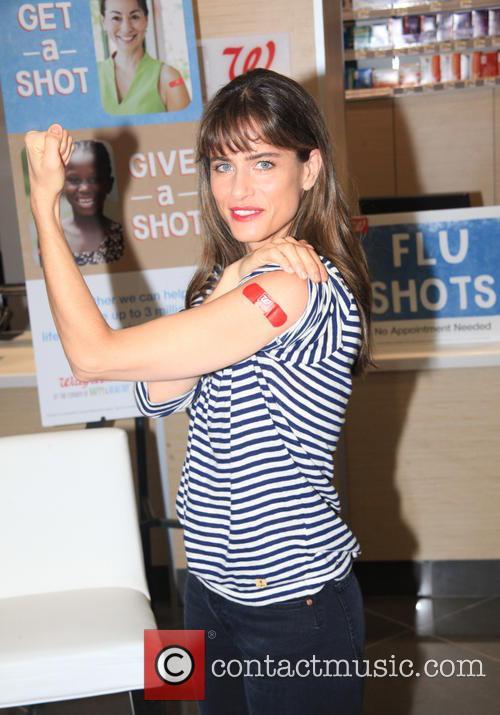 Amanda Peet receives a Flu shot