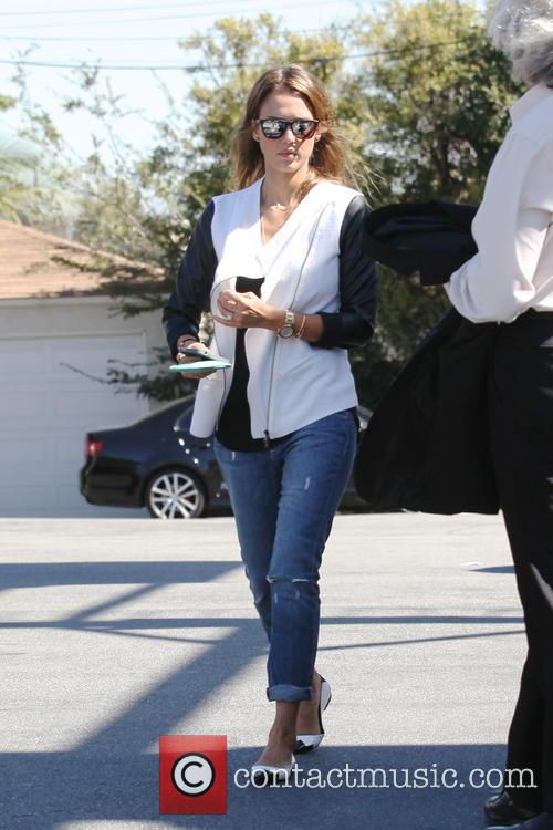 jessica alba jessica alba stops for coffee 3883589