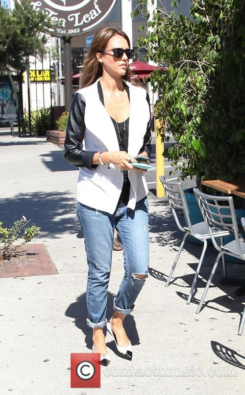 Jessica Alba stops for coffee