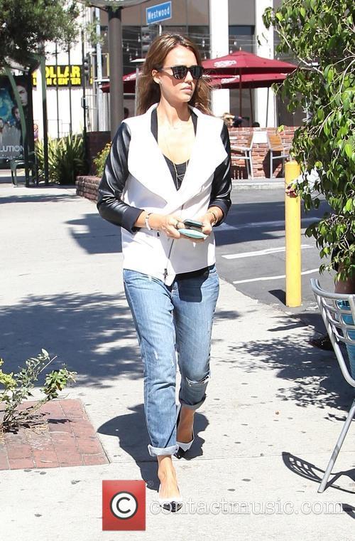 Jessica Alba stops for coffee