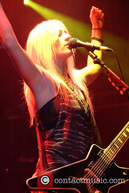 Laura Wilde performimg