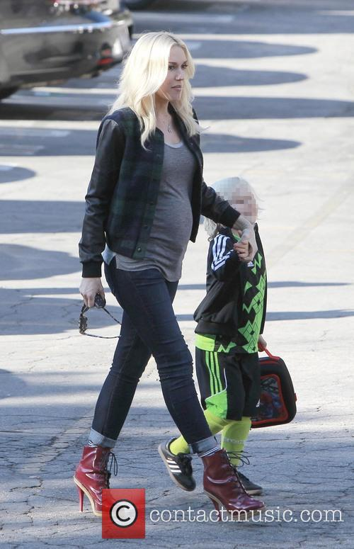 Pregnant Gwen Stefani shows off her growing baby...
