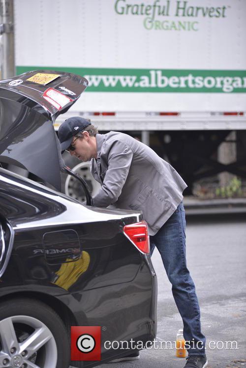 Ed Norton packing his car