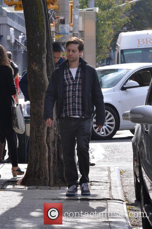 Toby Mcguire - Toby Mcguire walking in the Village   6 ...