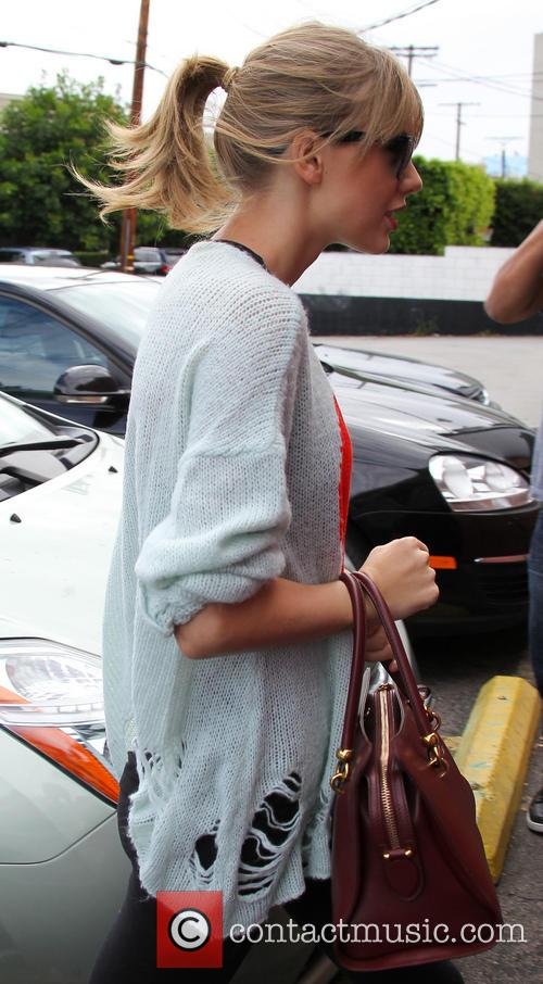 Taylor Swift arrives at a dance studio