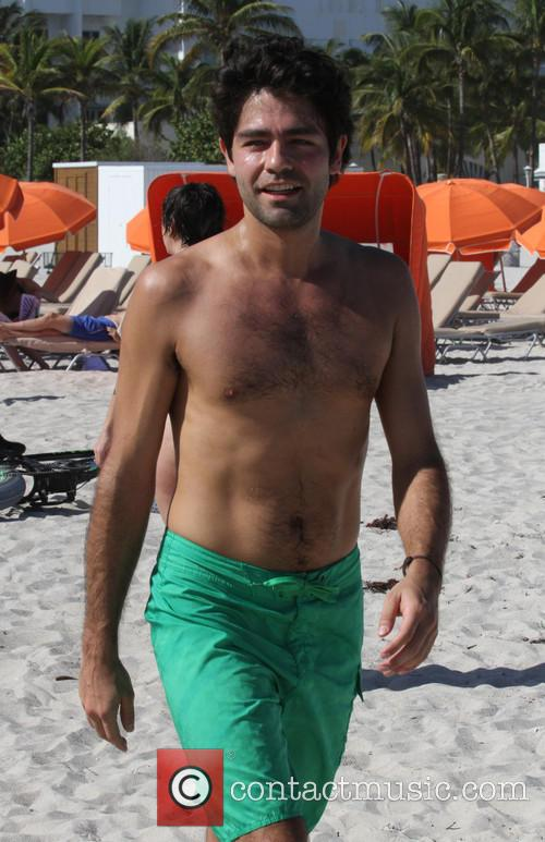 Adrian Grenier workouts on the beach
