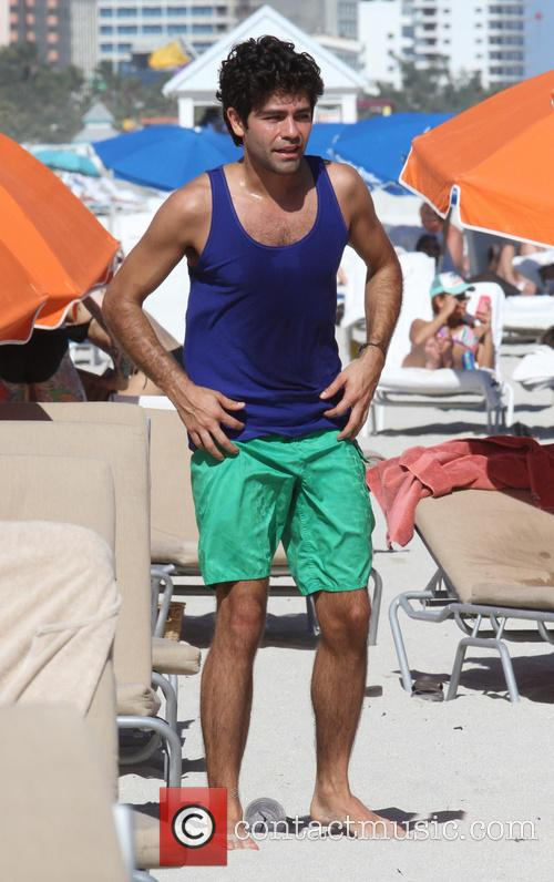 Adrian Grenier workouts on the beach