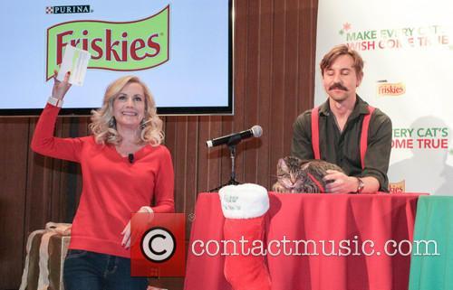 Angela Kinsey and Oskar The Blind Cat 4
