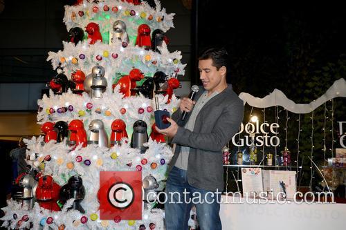 mario lopez mario lopez hosts holiday pop up 3998038