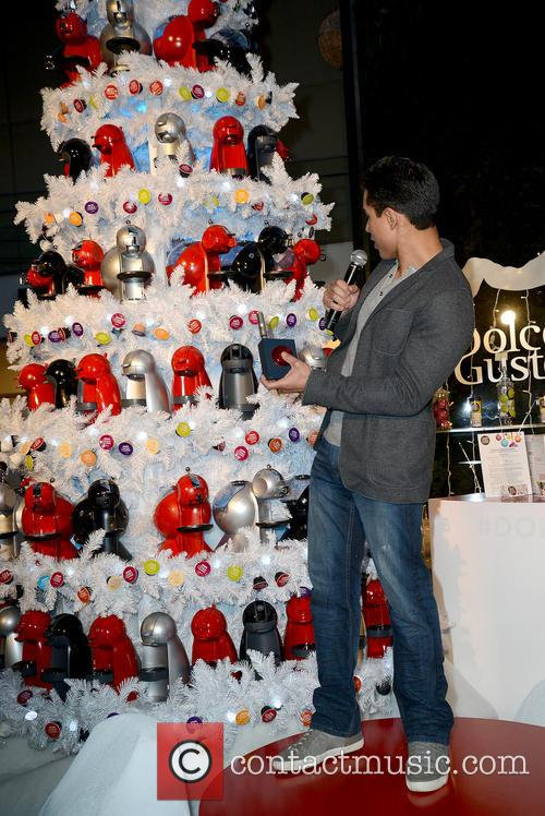 Mario Lopez hosts holiday pop-up