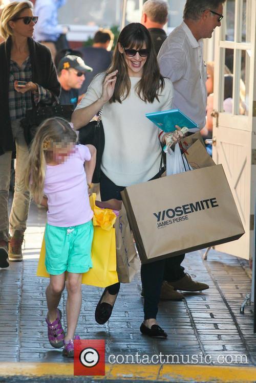 Jennifer Garner takes her daughter Violet Christmas shopping