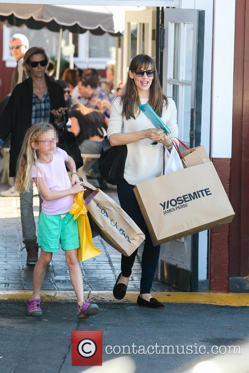 Jennifer Garner takes her daughter Violet Christmas shopping