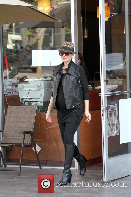 Pregnant Gwen Stefani returns to her car
