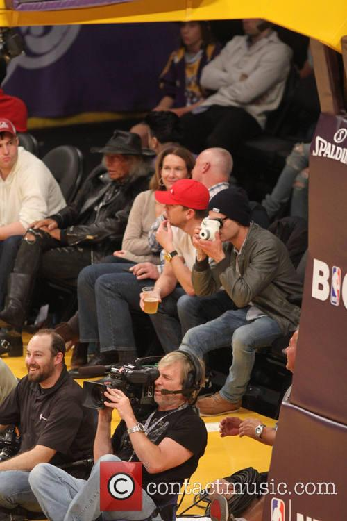 zac efron celebs at lakers game 4005063
