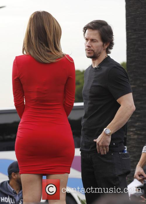 mark wahlberg maria menounos celebrities appear on extra 4014394