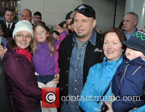 garth brooks garth brooks meets fans outside 4034232