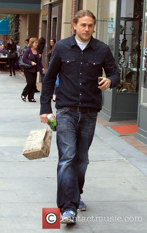 charlie hunnam charlie hunnam shopping in beverly 4039162