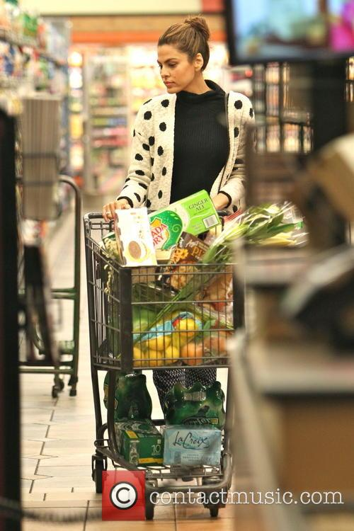 Eva Mendes shops for groceries