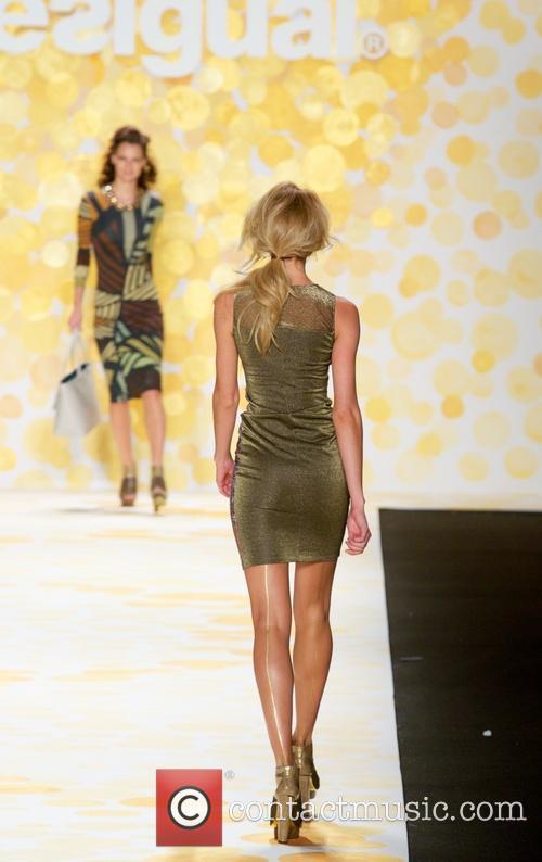 candice swanepoel desigual fashion show 4054904