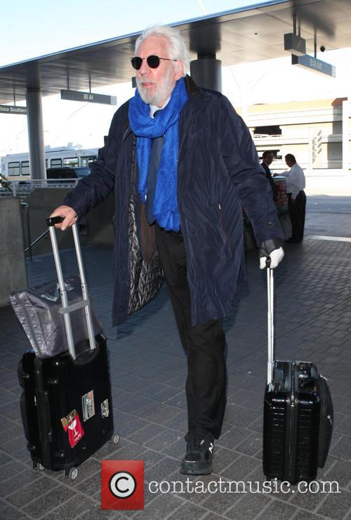 Donald Sutherland pulls his own luggage at LAX