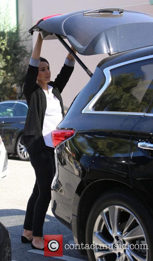 Jessica Alba fumbles with the lift gate in...
