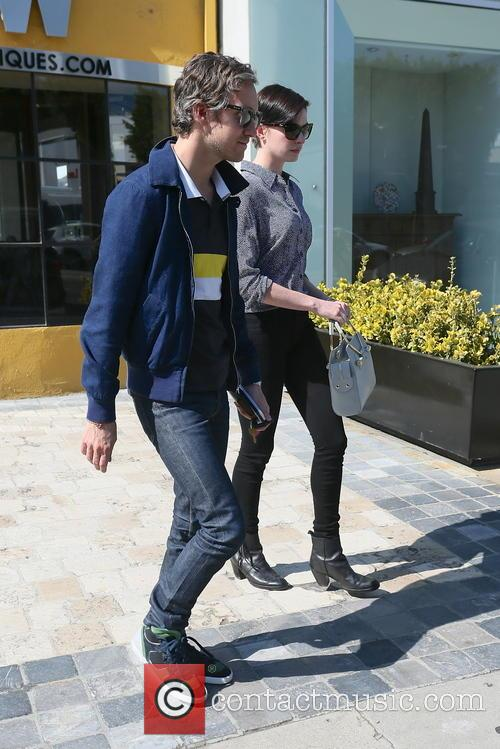 Adam Shulman and Anne Hathaway 5
