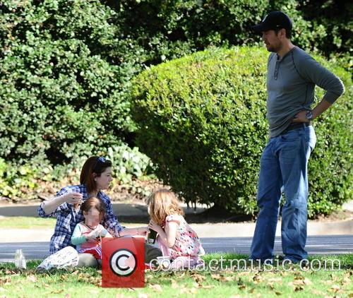 Alyson Hannigan and Alexis Denisof enjoy a picnic...