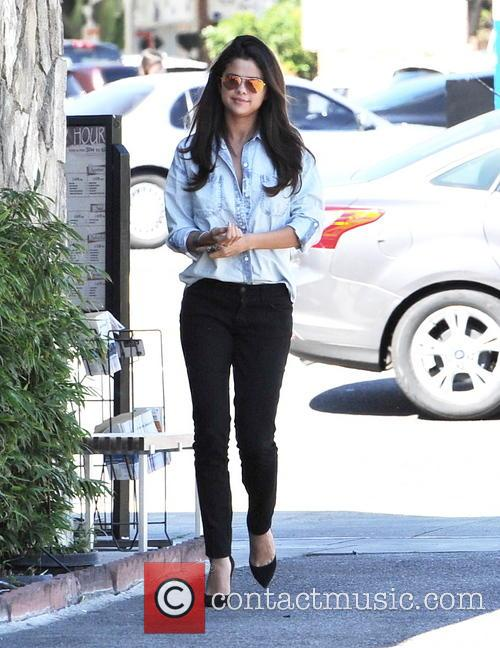 Selena Gomez eats lunch at Kabuki Japanese Restaurant in Woodland Hills with friends