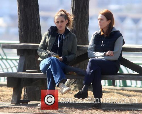 Kristen Stewart and Julianne Moore 8