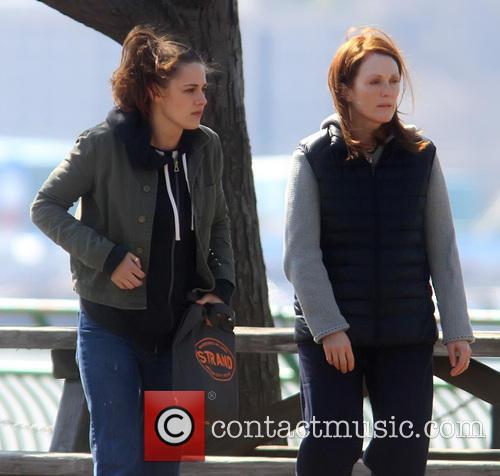 Kristen Stewart and Julianne Moore 9