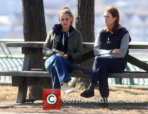 Kristen Stewart and Julianne Moore 11