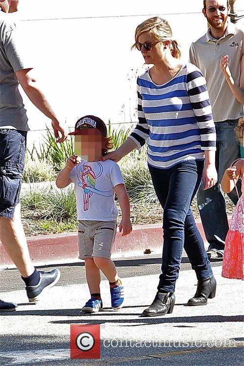 Amy Poehler takes son to Farmers market