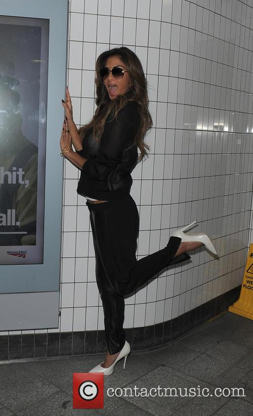 Nicole Scherzinger suprises commuters and tourists at Oxford...